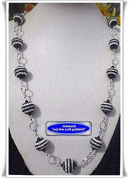 1008. lange schwarz-weiße Resin-Perlenkette