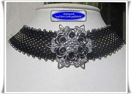 8) elegantes Halsband mit Blüten-Zierknopf