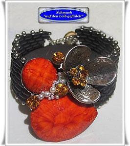 68) Glasperlen-Armband mit außergewöhnlichem Blüten-Knopf