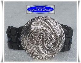 43) Armband mit großem Glasknopf