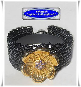 110) interessantes Armband mit Strass-Zierknopf