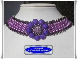 12) hübsches Glasperlen-Halsband mit Blüten-Zierknopf