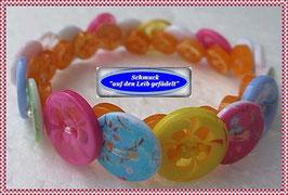 9) Armband aus bunten Resin-Knöpfen