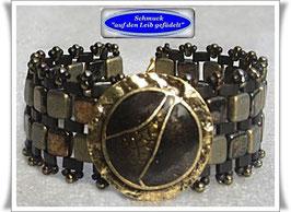 32) olivfarbenes Armband mit Zierknopf