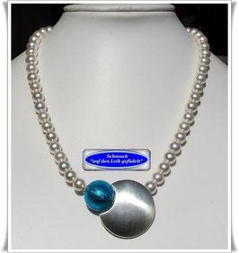 1867. Muschelkernperlenkette mit großer Muranoglas-Perle