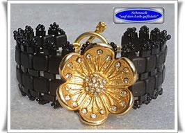 36) Armband mit Blüten-Zierknopf