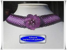 15) elegantes  Glasperlen-Halsband mit Blüten-Zierknopf