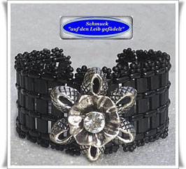 61) breites Armband mit Blüten-Zierknopf