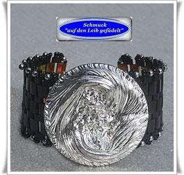 42) breites Armband mit großem Glasknopf