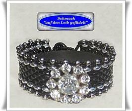 94)  schwarzes Glasperlen-Armband mit Strass-Zierknopf