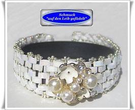 103) weißes Glasperlen-Armband mit Blüten-Zierknopf