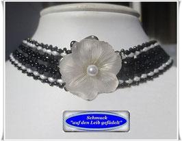 14) schickes Glasperlen-Halsband mit Blüten-Zierknopf