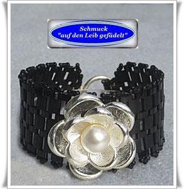 64) Armband mit Blüten-Zierknopf
