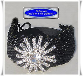95) interessantes Glasperlen-Armband mit Strass-Knopf