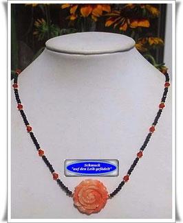 1088. Glasperlenkette mit Rosenblüte