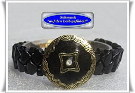 13) schwarzes Armband mit Zierknopf