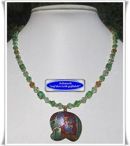 1482. Glasperlenkette mit Cloisonne-Elefant-Anhänger