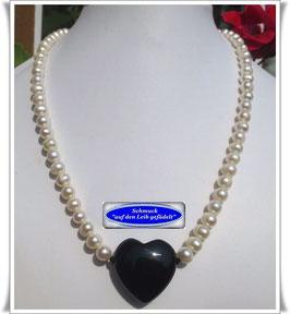 612. Süßwasser-Zuchtperlenkette mit Onyx-Herz
