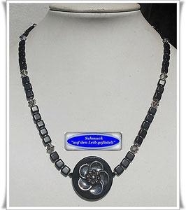 160. schwarze Glasperlenkette mit Blütenknopf TS