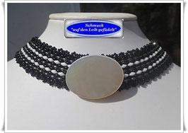 4) elegantes Halsband mit großem Perlmutt-Knopf