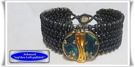 67)  Glasperlen-Armband mit Designer-Knopf