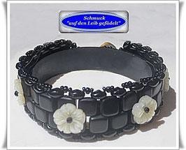 72) edles Glasperlen-Armband mit Perlmutt-Blumen