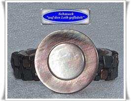 21) Armband mit Perlmutt-Knopf
