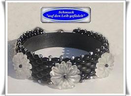 76) hübsches Glasperlen-Armband mit Quarz-Gänseblümchen