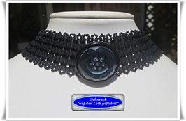 17) elegantes Glasperlen-Halsband mit Strass-Zierknopf