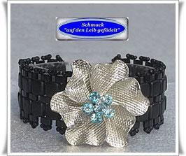 63) Glasperlen-Armband mit elegantem Blüten-Zierknopf