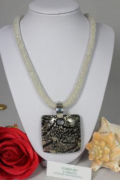Handgefertigter Glasanhänger in den Farben Silber und Schwarz mit Meshkette