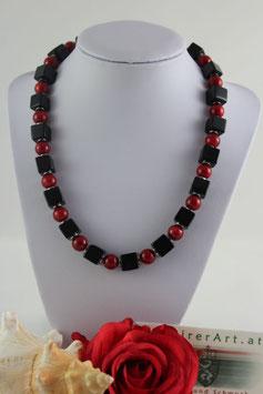 Kette mit Onyxwürfel und roter Schaumkoralle