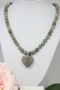 Elegante Kette aus Labradorit und einem handgefertigten Herz aus Horn