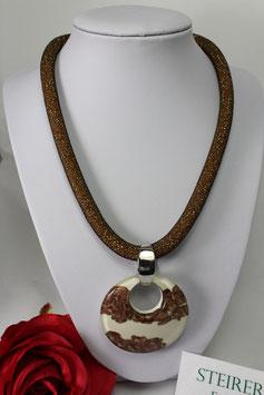 Glasanhänger in den Farben goldbraun und weiß mit Meshkette