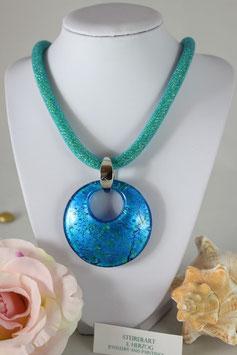 Handgefertigter Glasanhänger in den Farben Blau-Türkis mit Meshkette