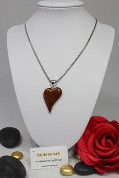 Handgefertigtes Herz aus Holz mit einer Kette aus Edelstahl.
