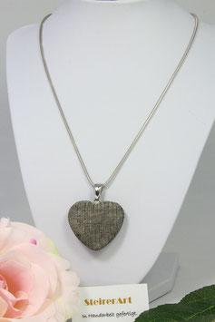 Herz aus dem Horn des Wasserbüffels mit hochwertiger Schlangenkette aus Silber rhodiniert.
