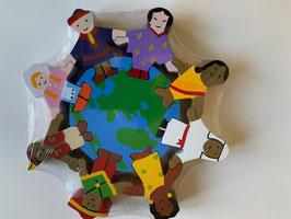 Kinder der Welt mit Weltkugel