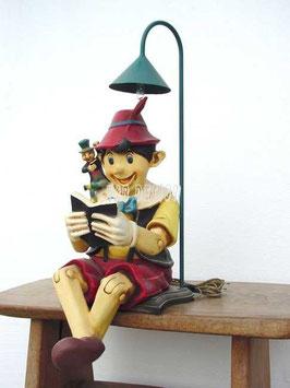 Réplica de pinocho leyendo como pie de lámpara | Lamaparas infantiles