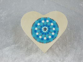 Holzbox in Herzform mit farbigem Mandala