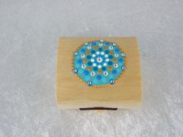 kleine Holzbox mit Mandala in Blautönen