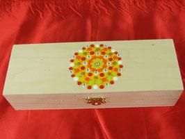 längliche Holzbox mit Klappscharnier und buntem Mandala
