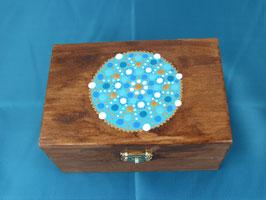Holzbox mit Klappscharnier, mit buntem Mandala bemalt