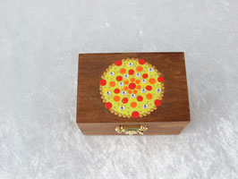 kleine, dunkel lasierte Holzbox mit buntem Mandala