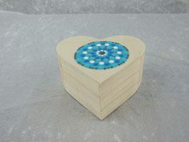 Holzbox in Herzform mit Mandala