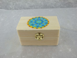 kleine Holzbox mit Klappscharnier und buntem Mandala
