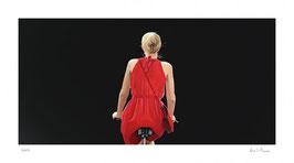 Liebchen - o.T., Fahrradfahrerin in rotem Kleid, schwarz