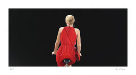 o.T., Fahrradfahrerin in rotem Kleid, schwarz