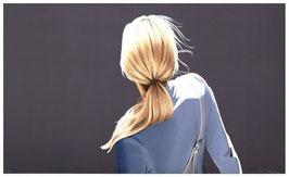 Mädchen mit blauer Jacke