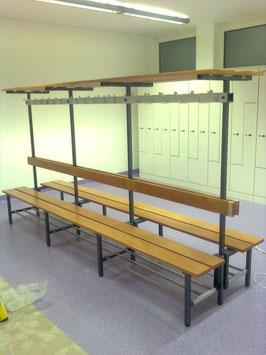 Doppelsitzbank mit Hakenleiste, Effektenablage, mit oder ohne Schuhrost Typ 46, Stahlteile duplexiert Obefläche anthrazit perlgrimm, Aluminiumteile farblos eloxiert, Sitzbank aus Holz